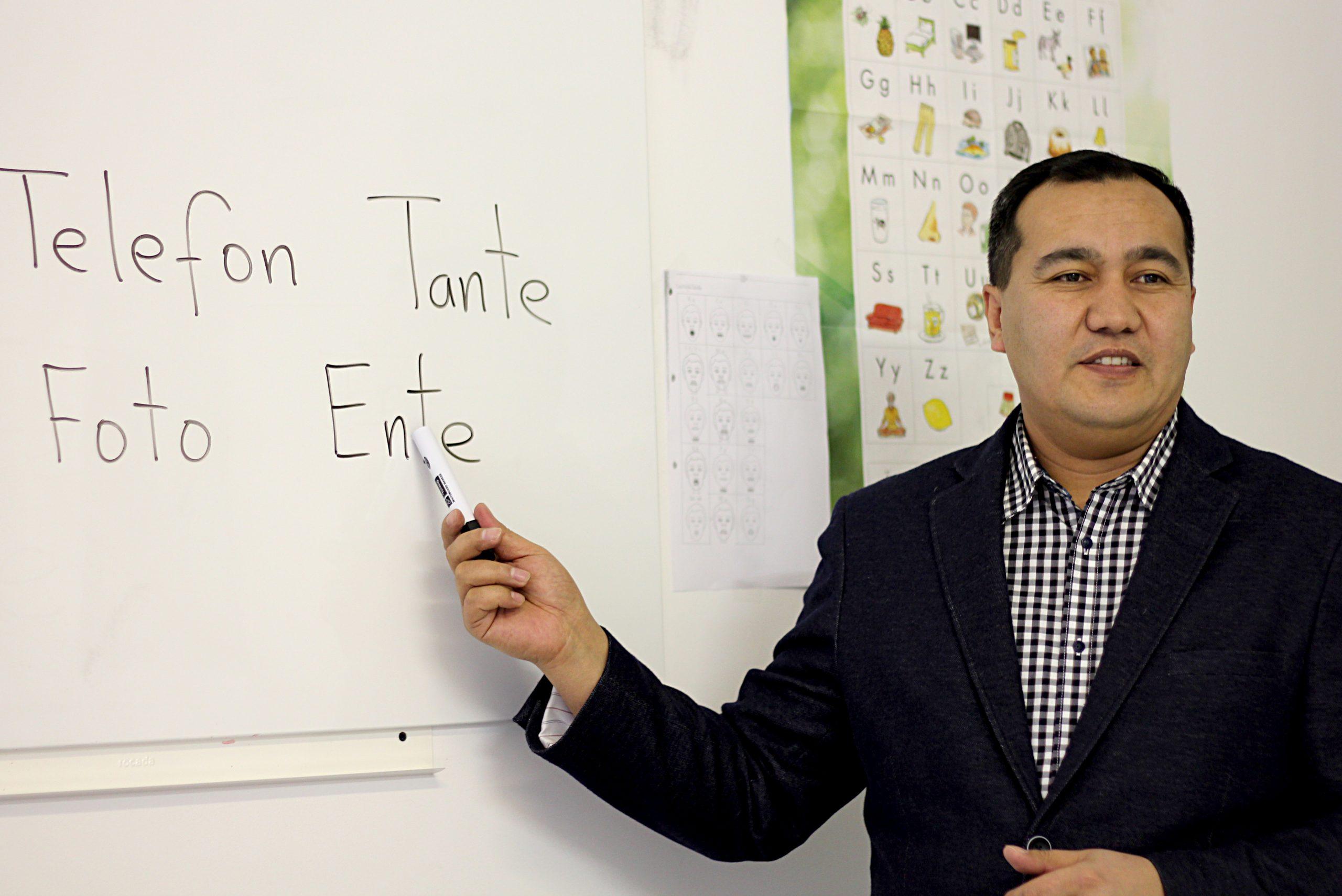 Ein Dozent beim Unterrichten in den Integrationskursen der navitas gGmbH in Berlin Neukölln