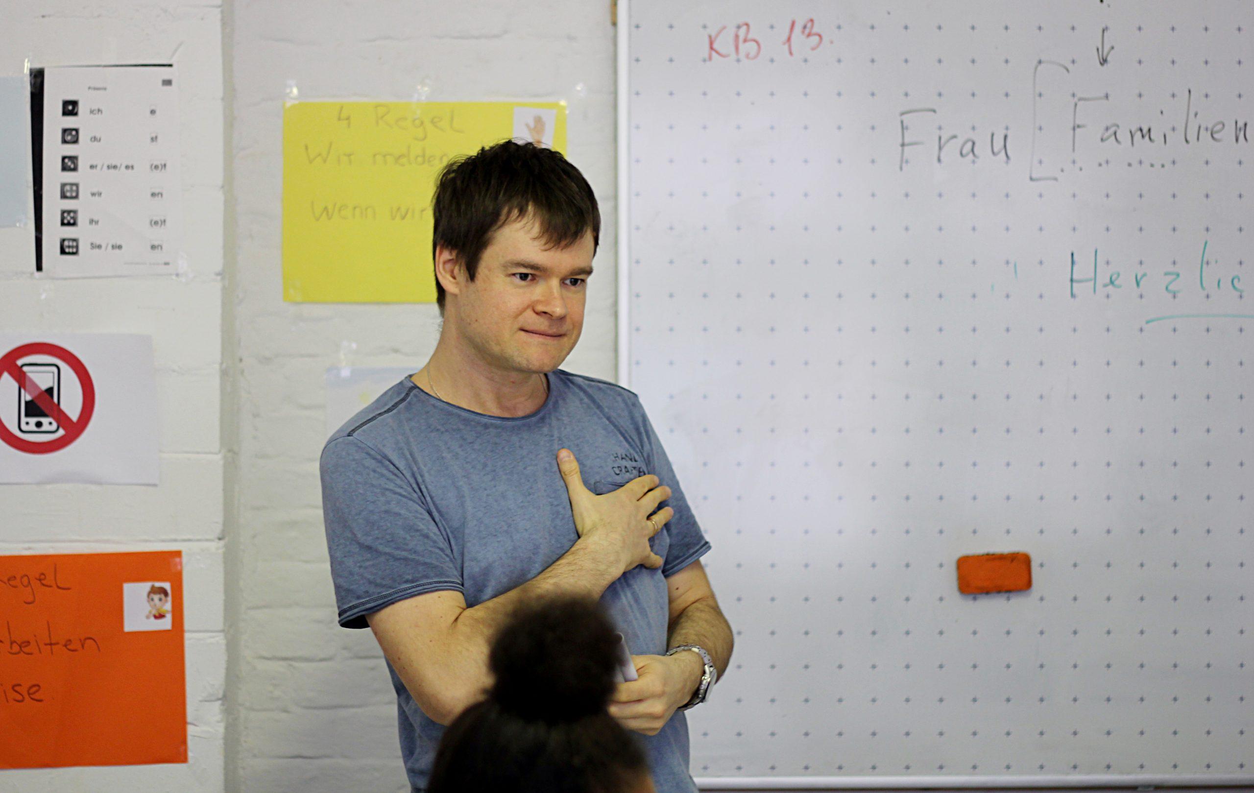 Ein Dozent der Integrationskurse der navitas gGmbH in Berlin Neukölln