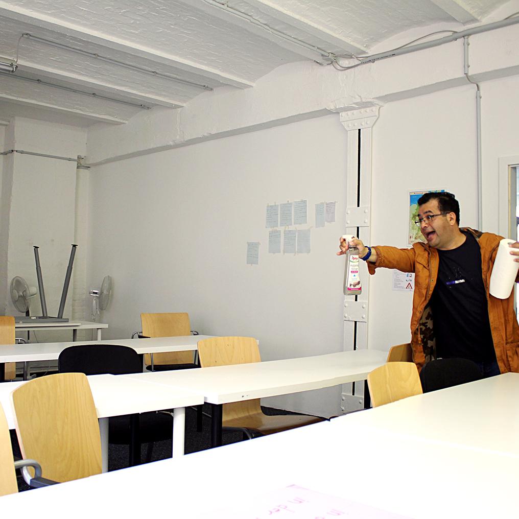 Daniel von der Kinderbetreuung hilft mit, die Räume der Integrationskurse zu reinigen