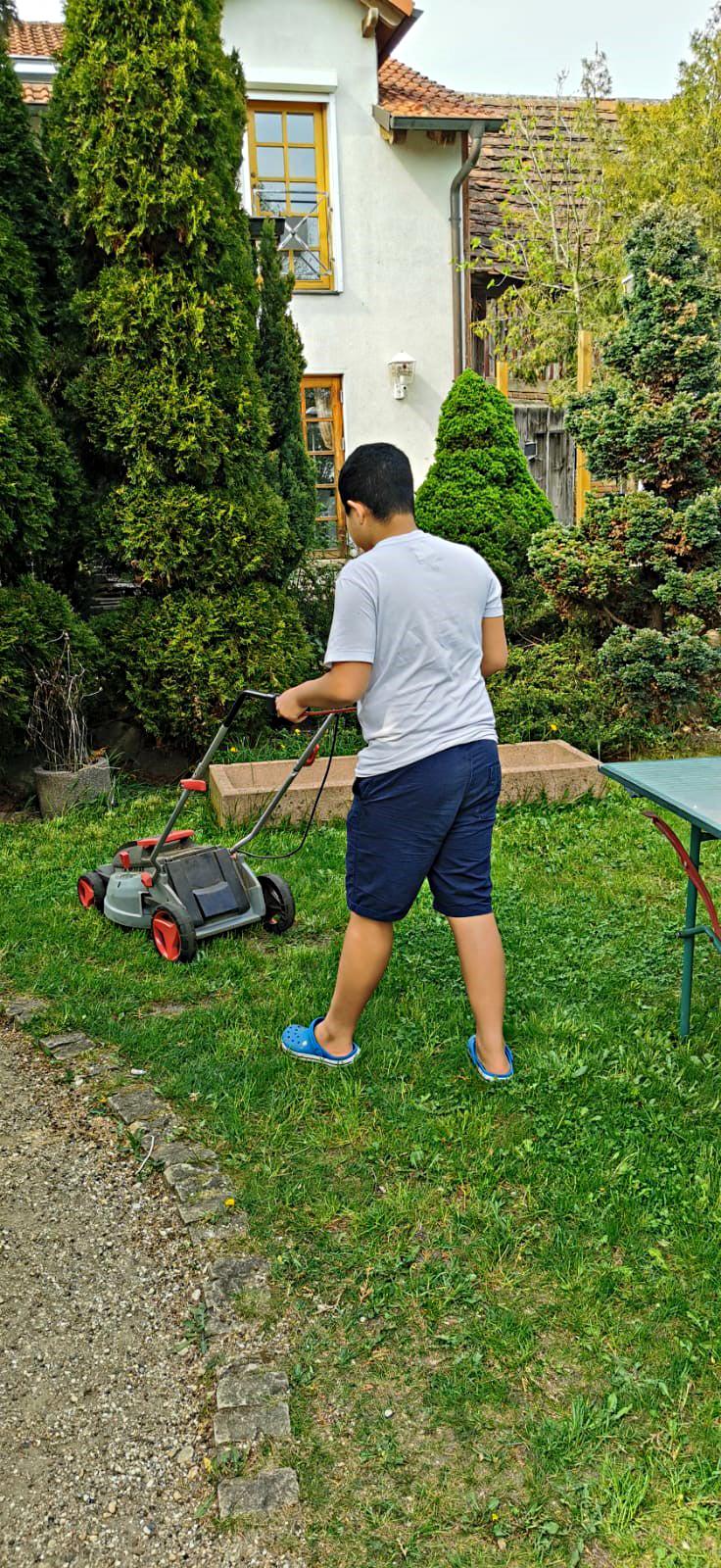 Gartenarbeit in der Stationären Jugendhilfe in Rägelin-Temnitzquell der navitas gGmbH